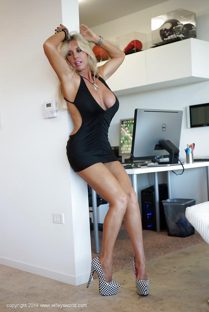 Искуственная красоточка Sandra Otterson танцует супругу стриптиз в гостиной