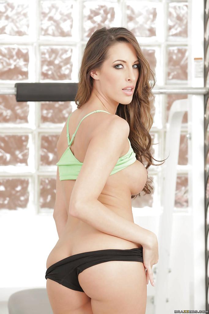 Сексуальная девка Kortney Kane занимается фитнесом без нижнего белья