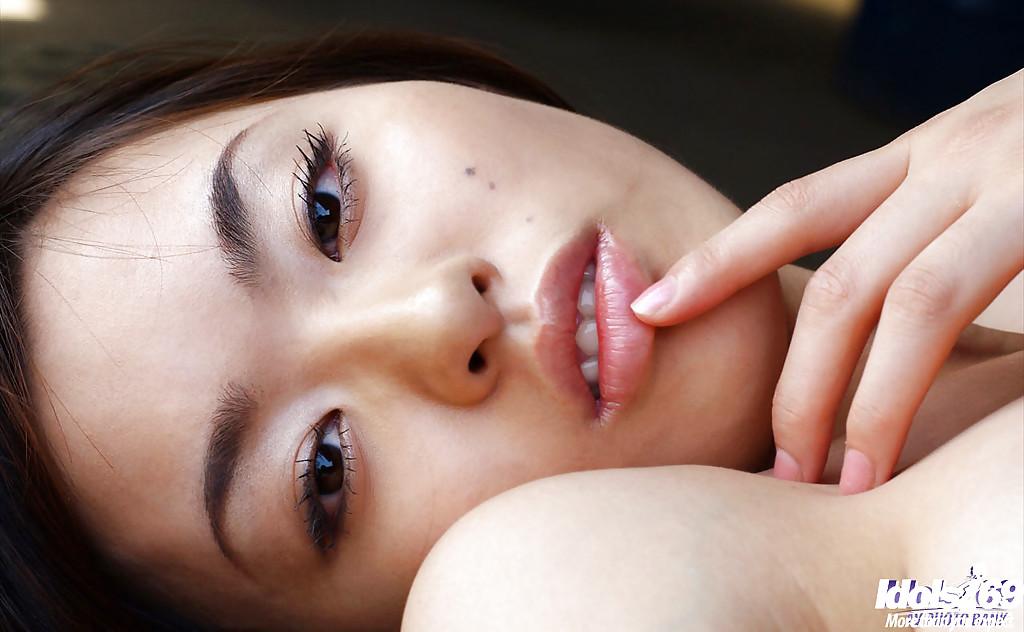 Китаянка Hikaru Koto играет на полу секс фото