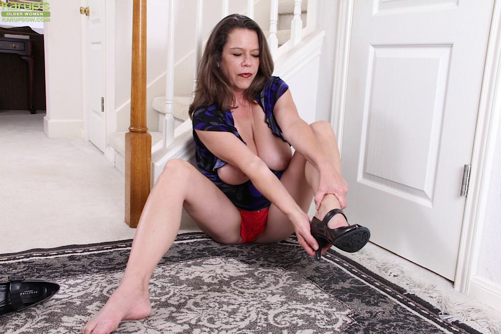 Мадам раскрыла киску, лежа на полу