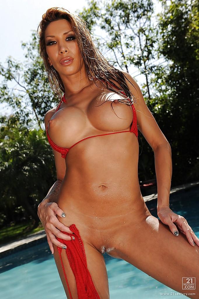 Непревзойденная модель Kayla Carrera отдыхает у бассейна