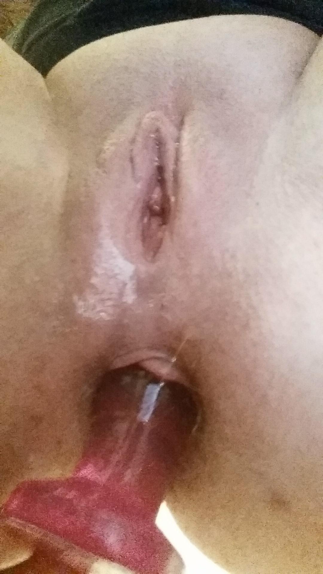 Девчонки позирую с секс игрушкой в жопе