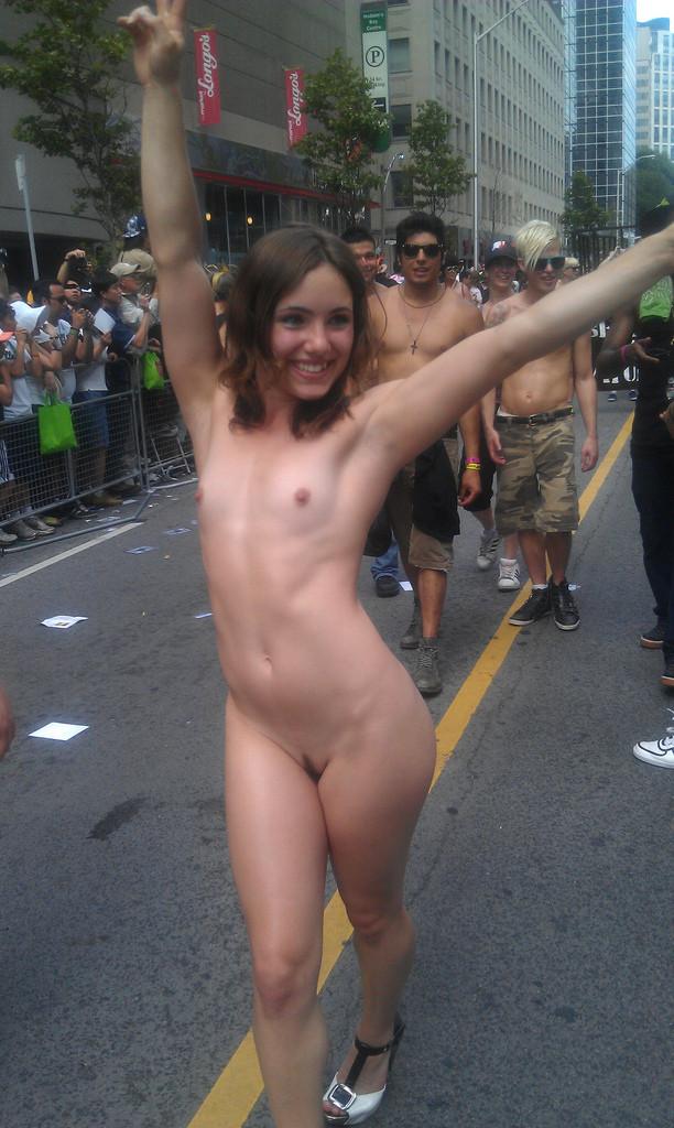 Совершеннолетние пошлячки даже в городе рады похвастаться маленьким бюстом секс фото