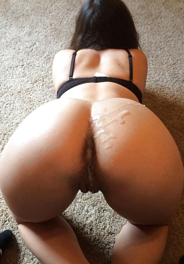 Стройные проститутки у себя в квартире обнажают сладкую писечку