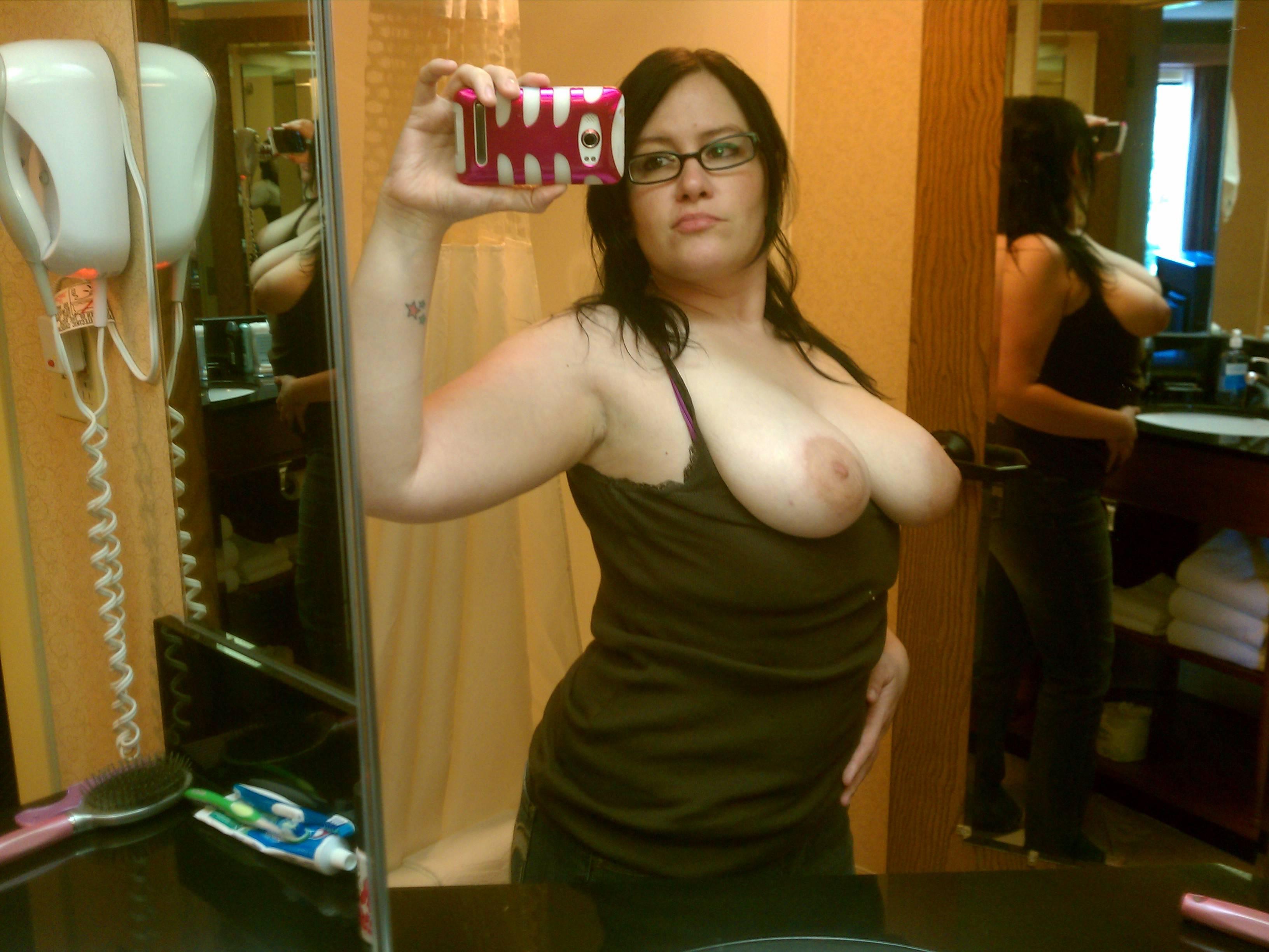 Полные девки хвастаются огромными буферами для фотосессии