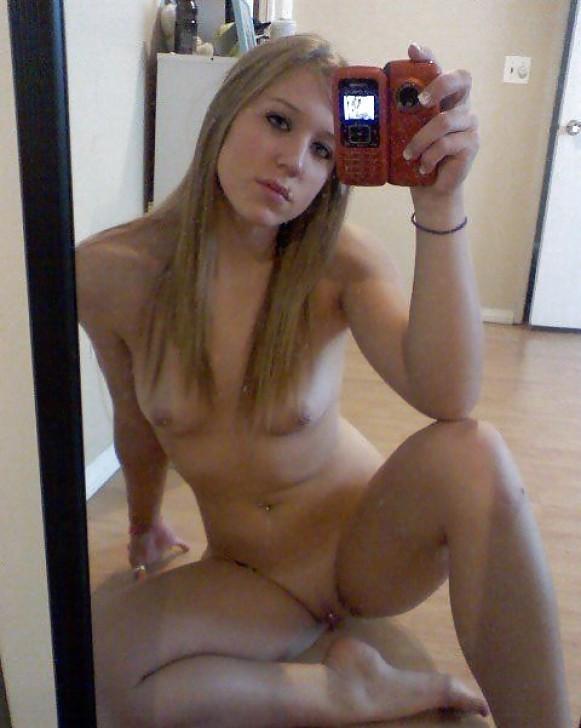 Привлекательные девки делают интимные снимки перед зеркалом