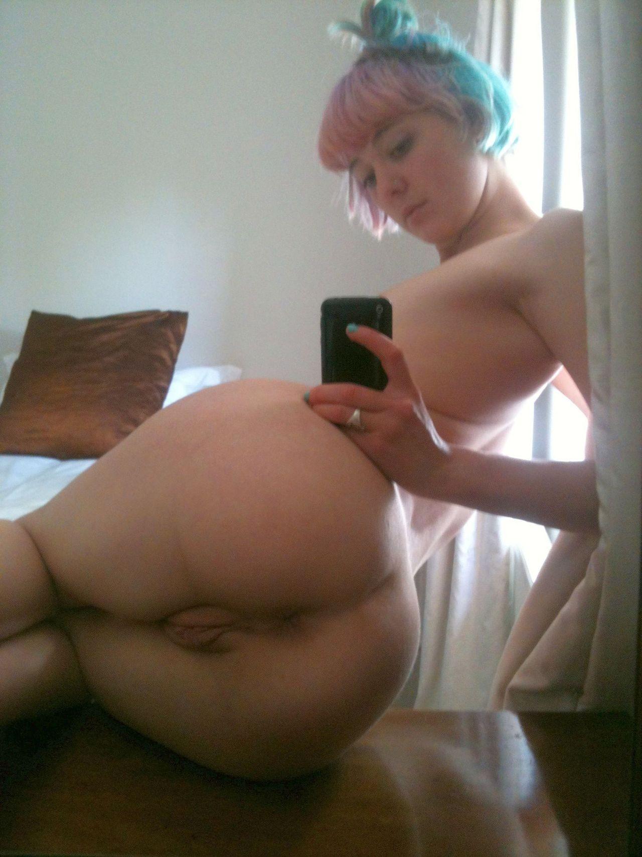 Красивые тинки делают откровенные фотки перед зеркалом
