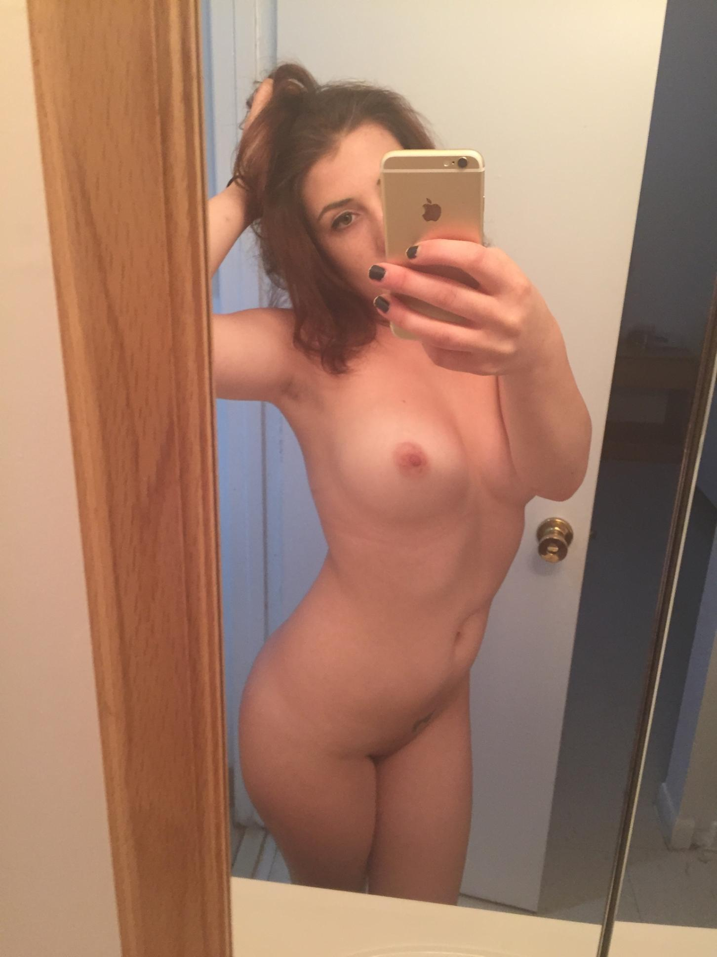 Девятнадцатилетние красотули запечатлевают голый торс стоя перед зеркалом