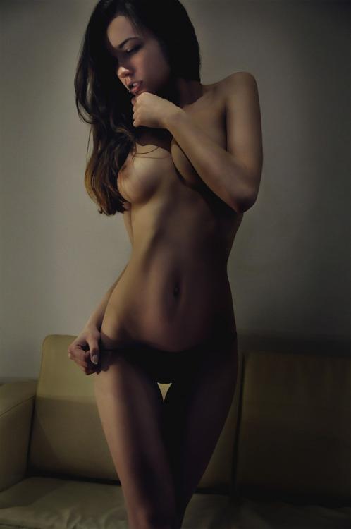 Даже за пределами студии эротичные супермодели не стыдятся снимать трусы секс фото