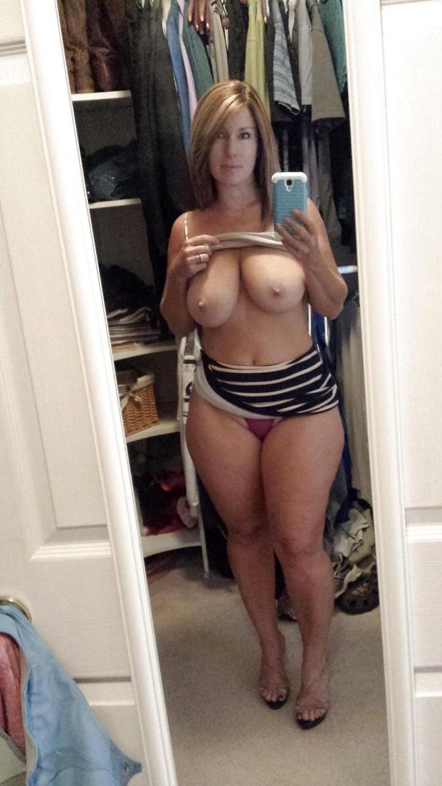 Мамрамойки оголяют красивые сиськи крупного размера среди недели секс фото