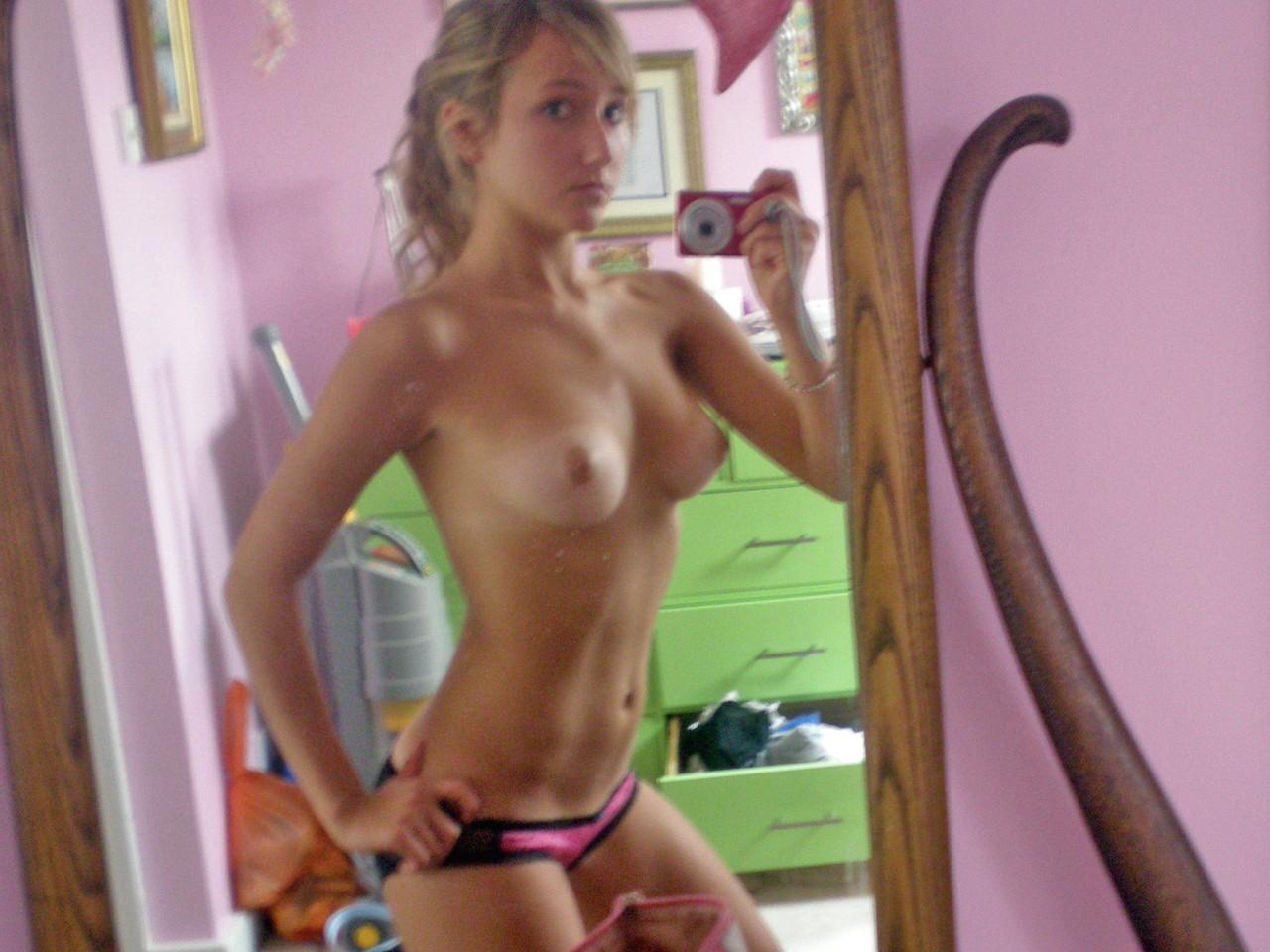 Эротичные тинки запечатлевают голые буфера стоя с камерой в руках