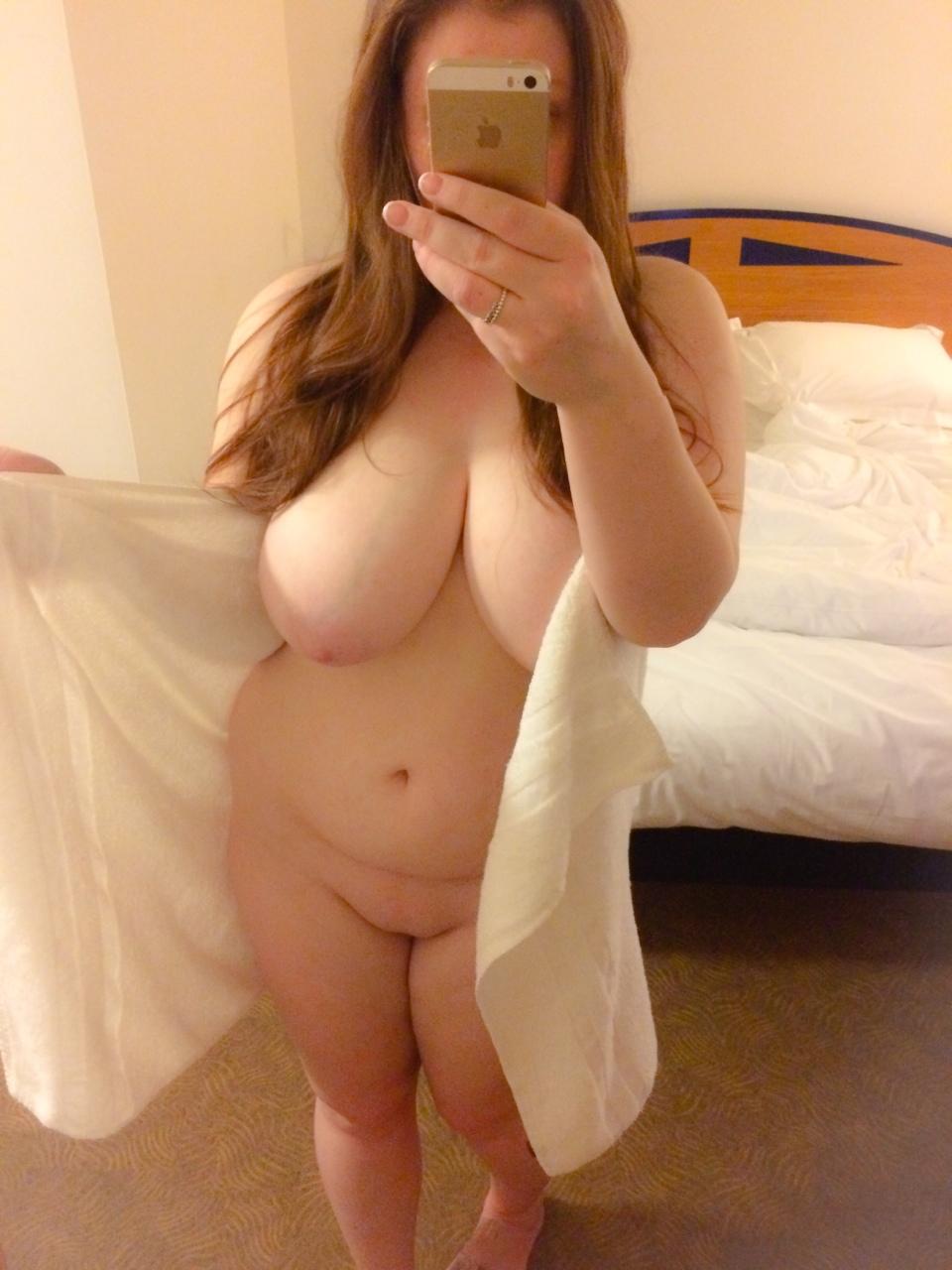Крупные потаскушки любят красоваться без бикини секс фото
