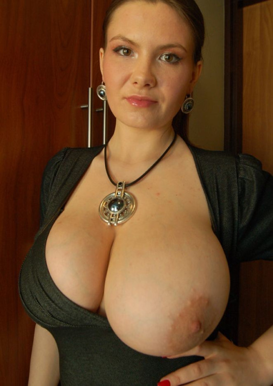 Милахи оставляют громадные сиси раздетыми при каждой возможности секс фото
