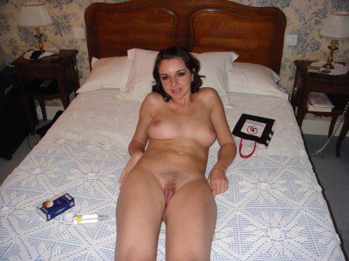 Голая проститутка дома не прикрывает небритую киску секс фото