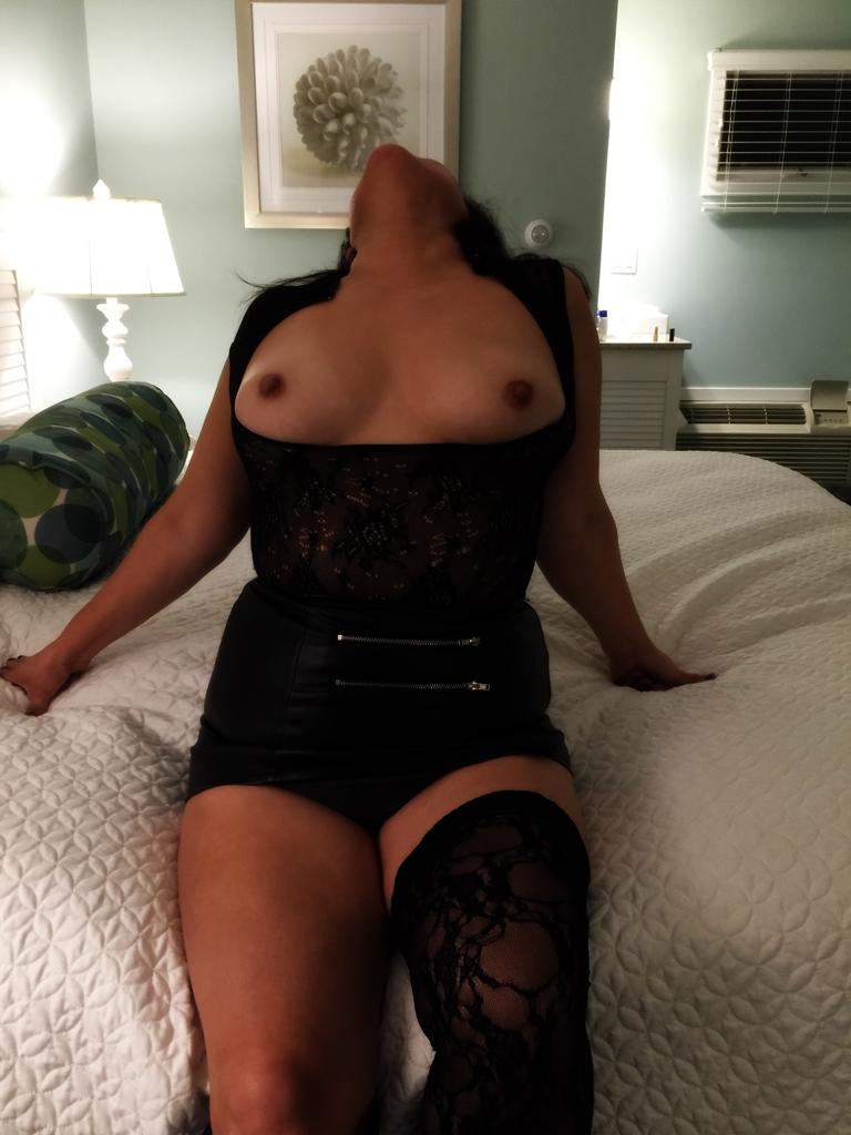 Женщины демонстрируют натуральную грудь в различных ракурсах