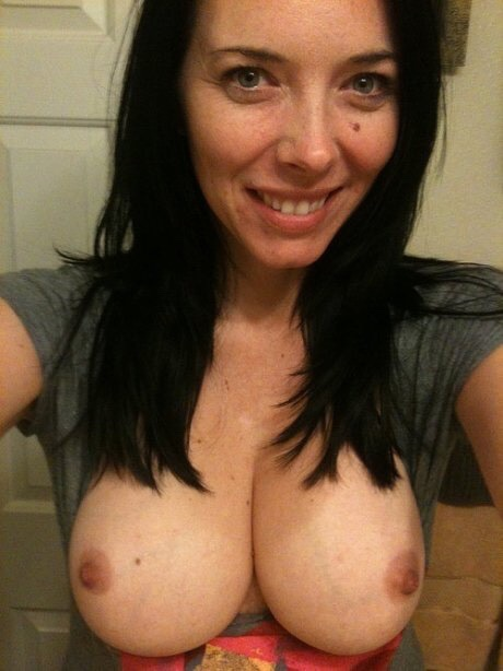 Мамочки оголила натуральную грудь в всевозможных ракурсах