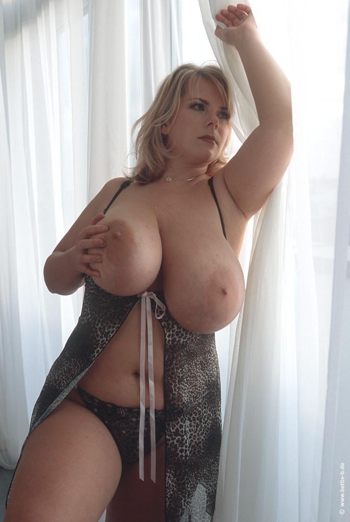 Девки с огромными буферами завлекают твердыми сосками секс фото