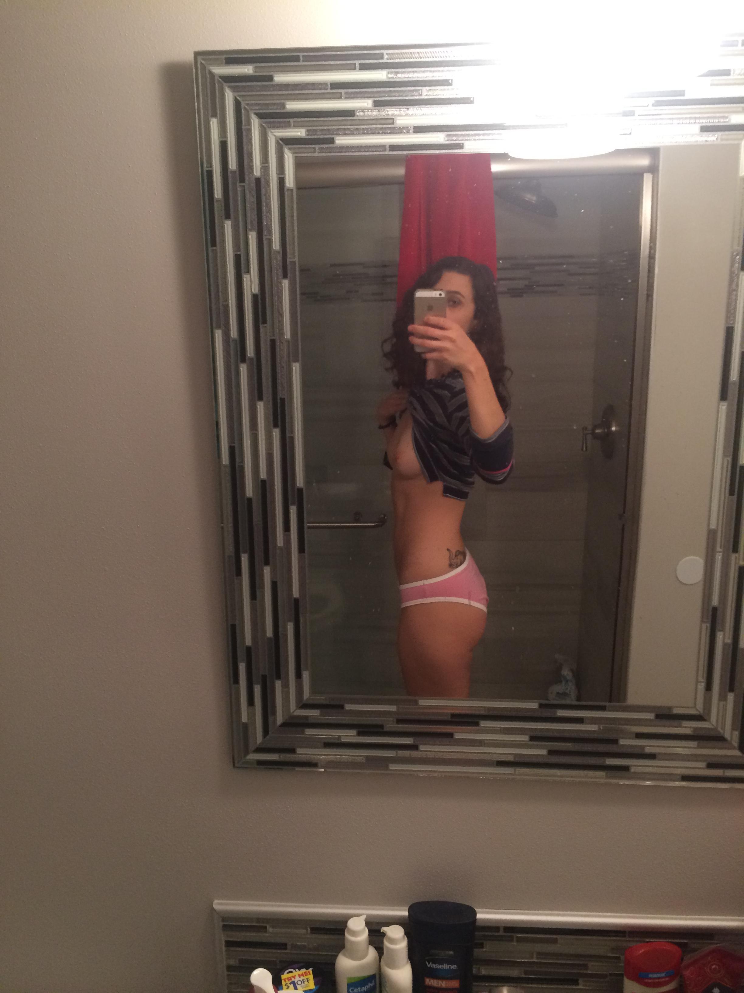 19-летние девушки фотографируются перед зеркалом упругим бюстом