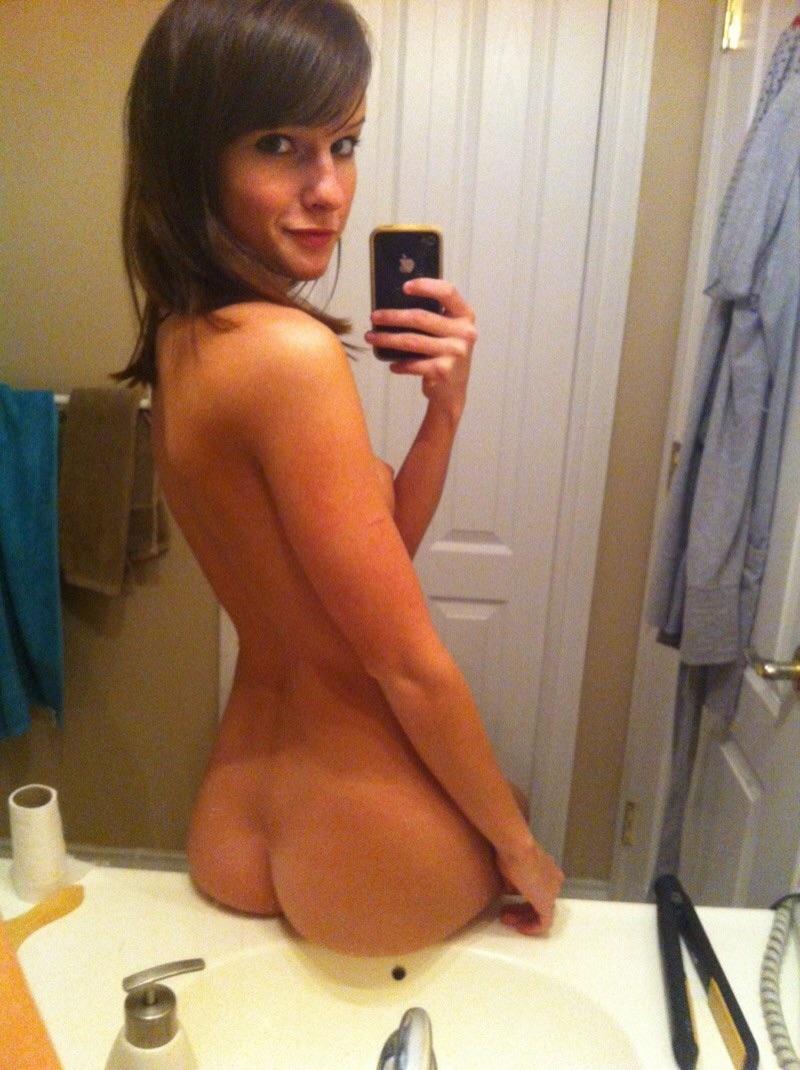 Совершеннолетние девки красуются голышом для социальных сетей
