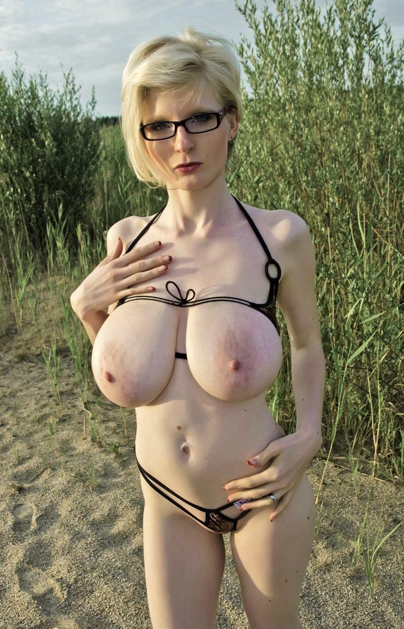 Женщины показывают загорелое тело и большие титьки