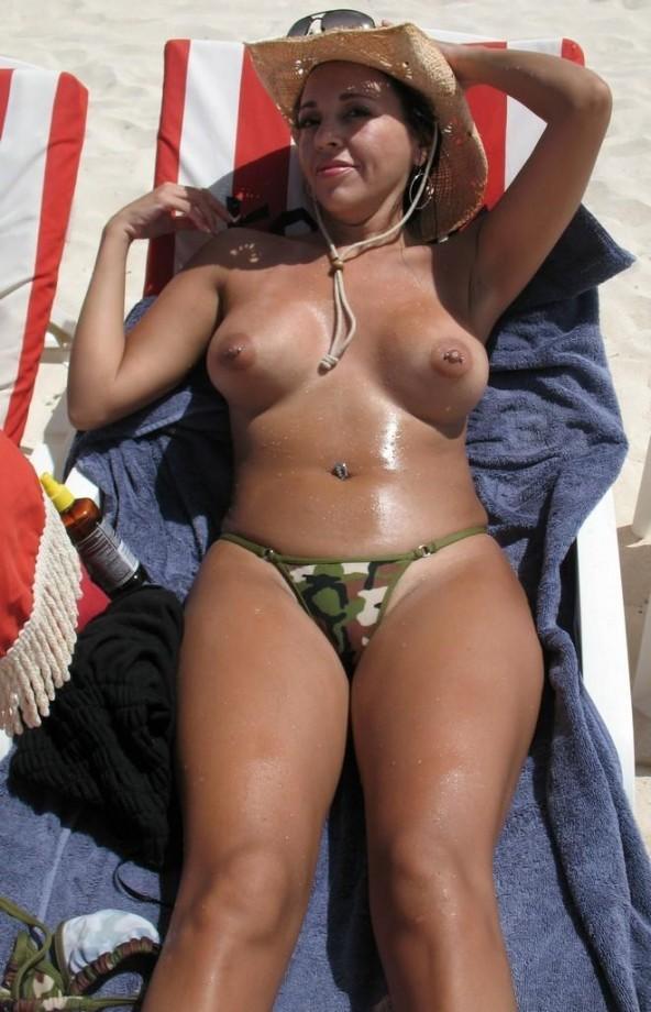 Женщины в годах показывают загорелые сиськи без одежды