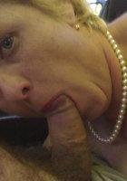 Зрелые бабы в масках и без отсасывают члены мужей у себя дома 16 фотография
