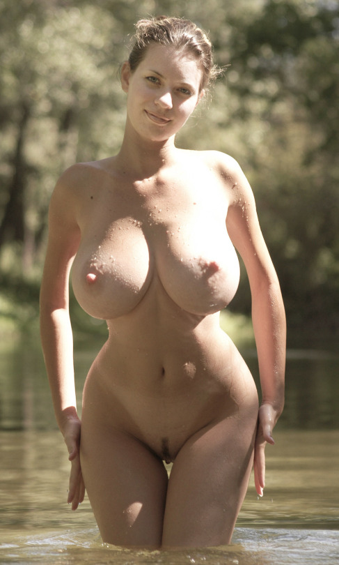 Женушки порадовали мужей без нижнего белья формами секс фото