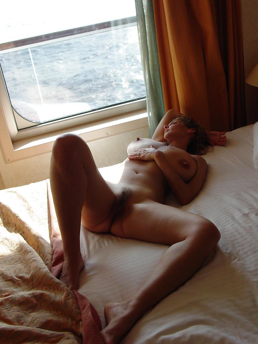 Голые жены хвастаются большими натуральными и силиконовыми буферами