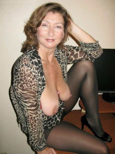 Зрелые дамы хвастаются оголенными сиськами