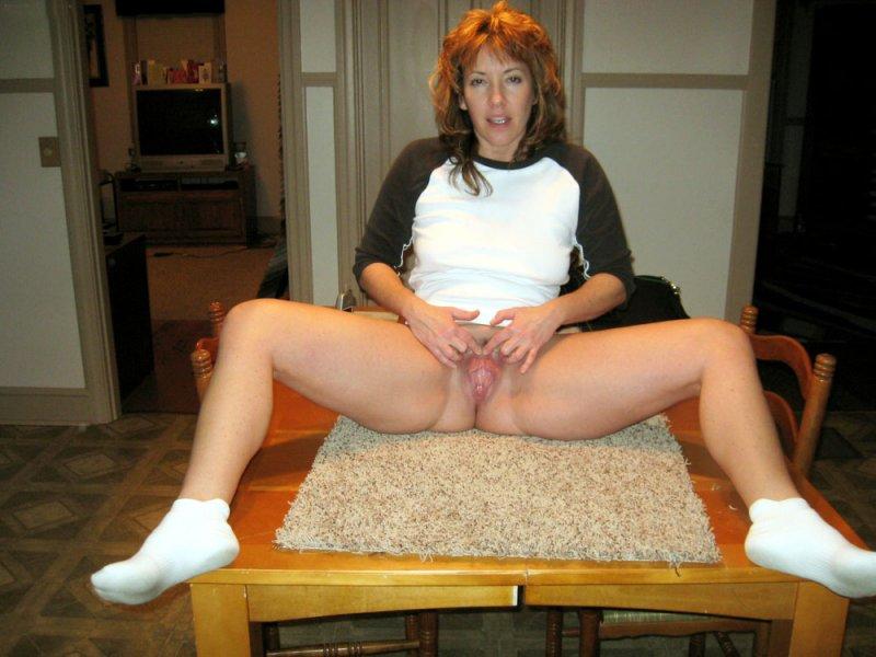 Мадам в возрасте позируют без одежды перед молодыми любовниками