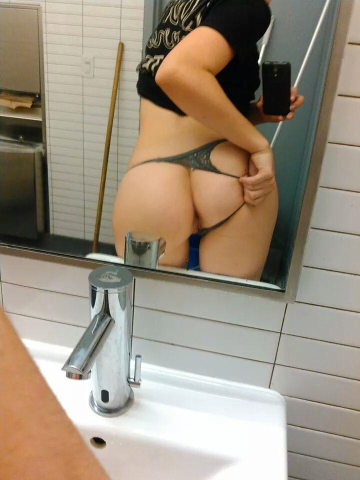 Любительницы селфи выставили напоказ перед зеркалом бюсты и вагины