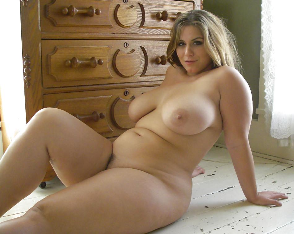 Полные любовницы делают селфи с оголенными титьками