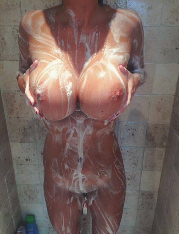 Обнаженные грешницы снимают голые сиськи для бывших парней