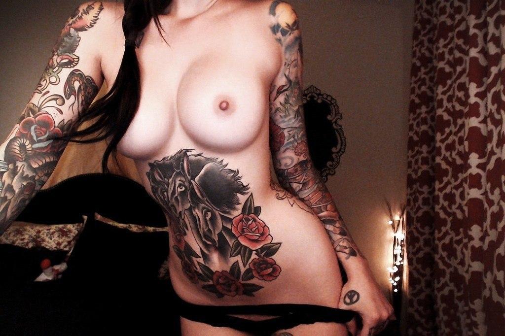 Сексуальные цыпочки хвастаются татуировками на обнаженном теле