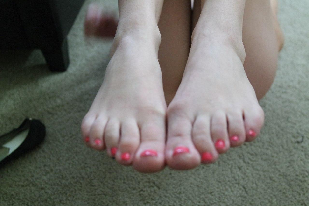 Фетишистки в бикини любуются стройными ножками