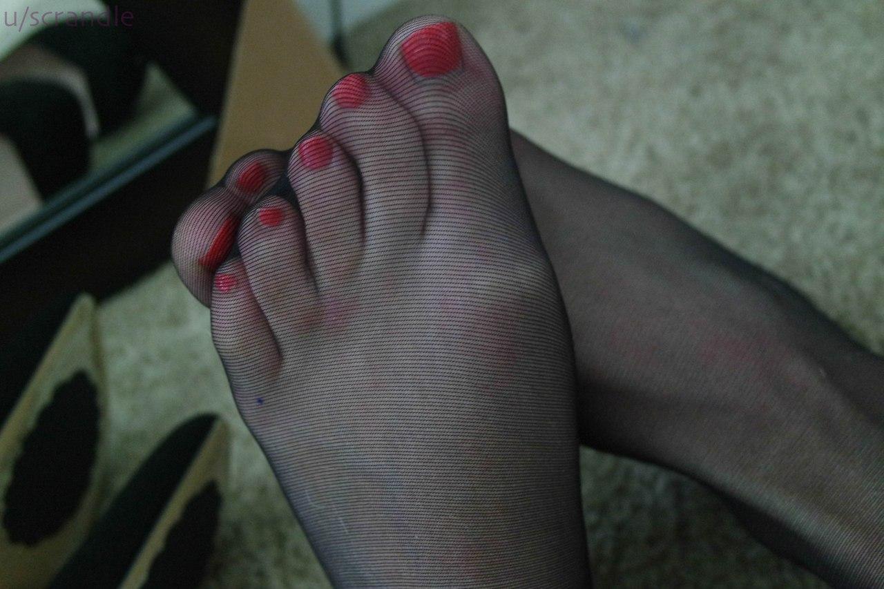 Фетишистки фотографируются дома подтянутыми ножками и нежными ступнями