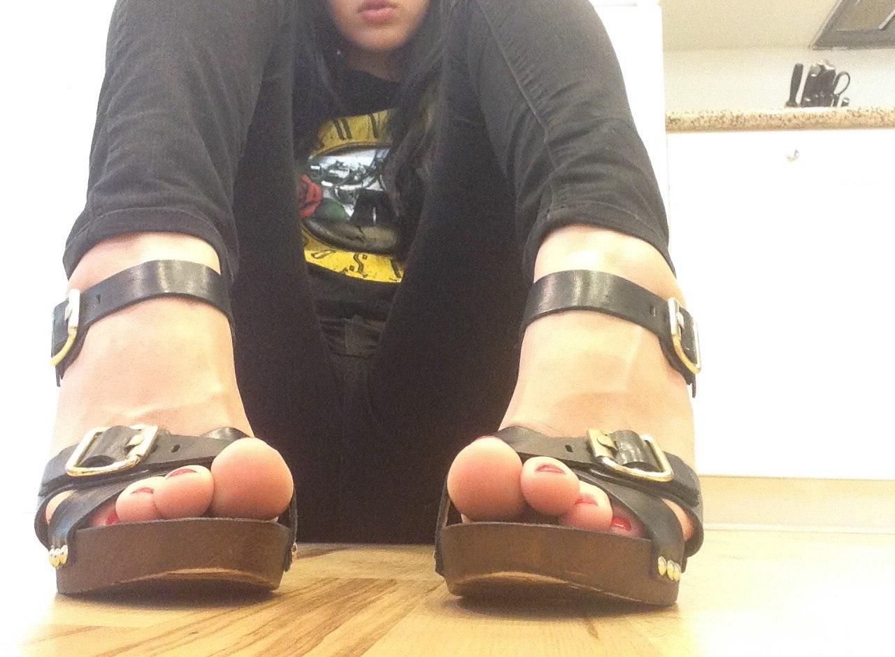 Модницы в туфлях демонстрируют ножки