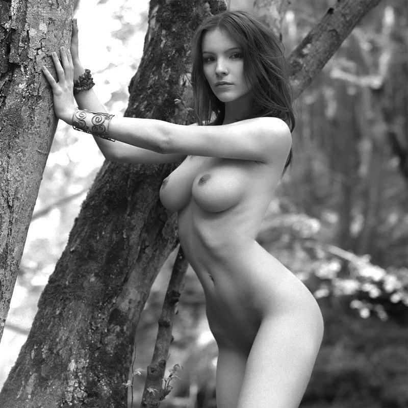 Девки с обнаженными сиськами позируют на природе