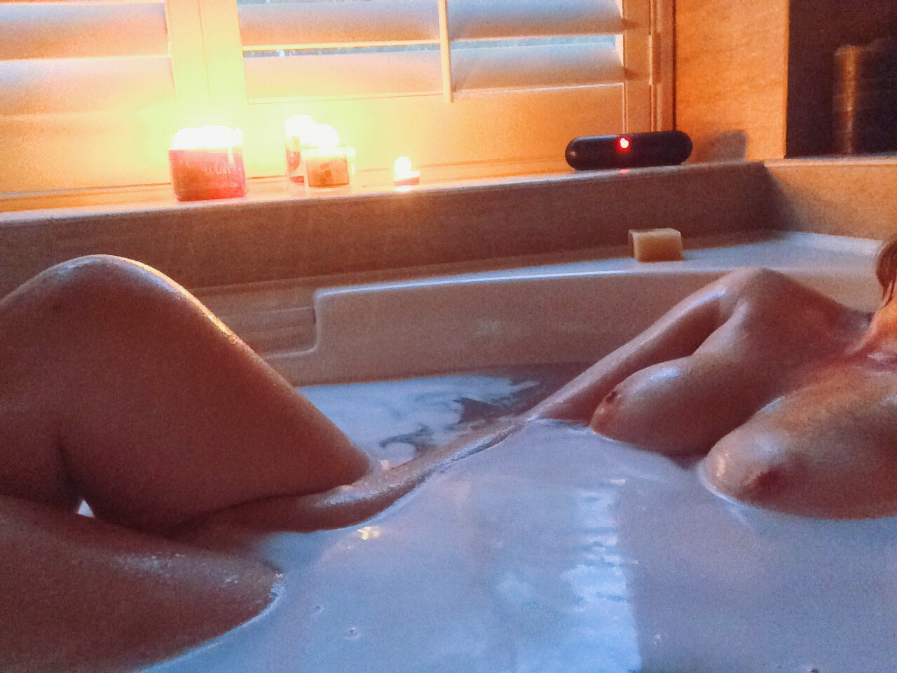 Красивые телки моются в ванной