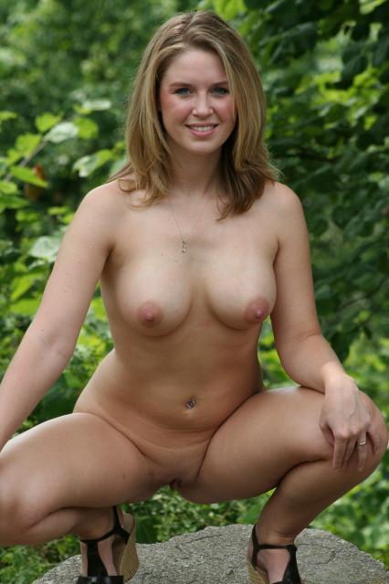 Милфы с искусственной грудью фотографируются дома