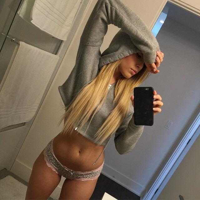 20-летние телки с голым бюстом стоят перед зеркалом