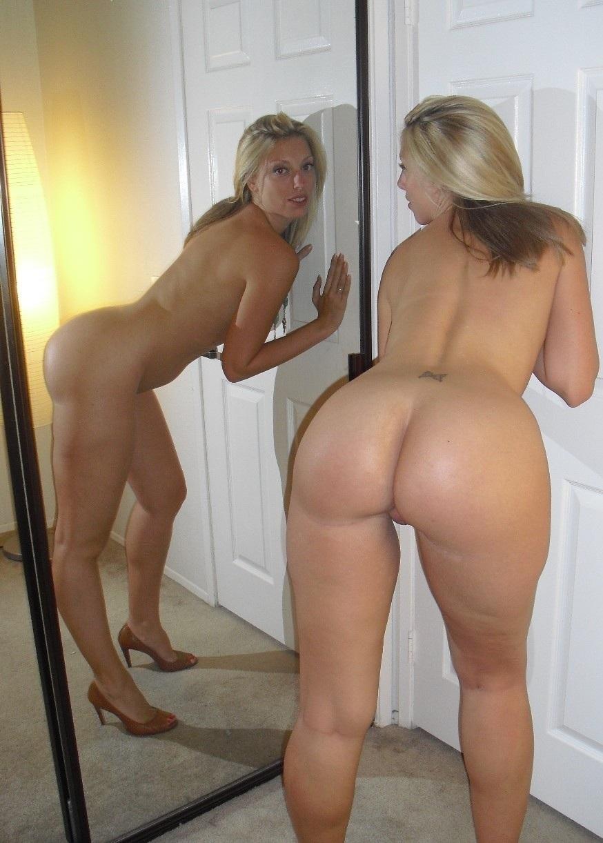 Сестры обнажают попки, желая соблазнить парней