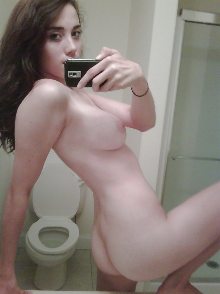 Молодуха с красивыми телами делают селфи перед зеркалом с голыми сиськами - порно фото