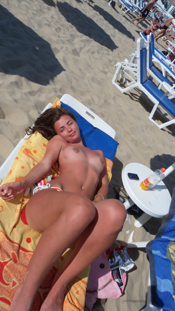 Туристки на пляже отдыхают без купальников