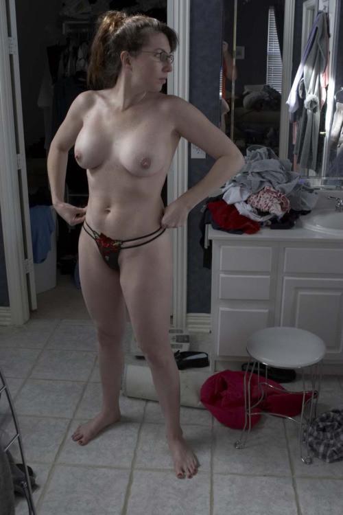 Загорелым дамочкам нравится ходить без нижнего белья и нижнего белья