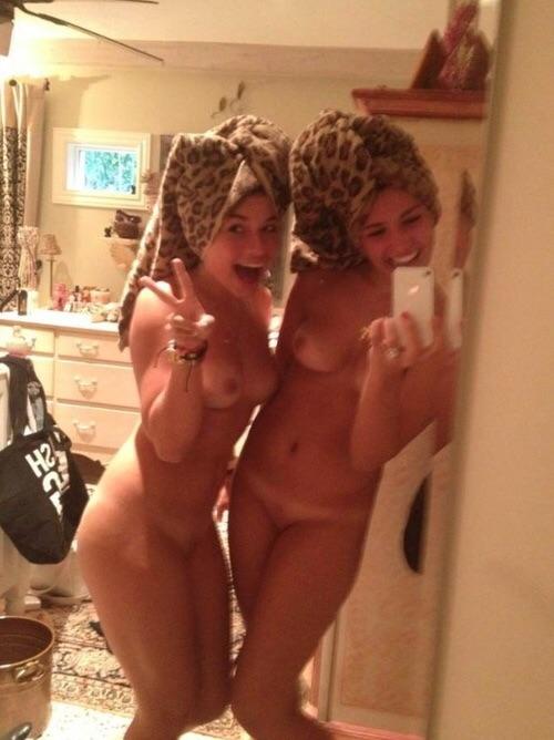 Молодые милашки встали перед зеркалом и красуются голыми сиськами