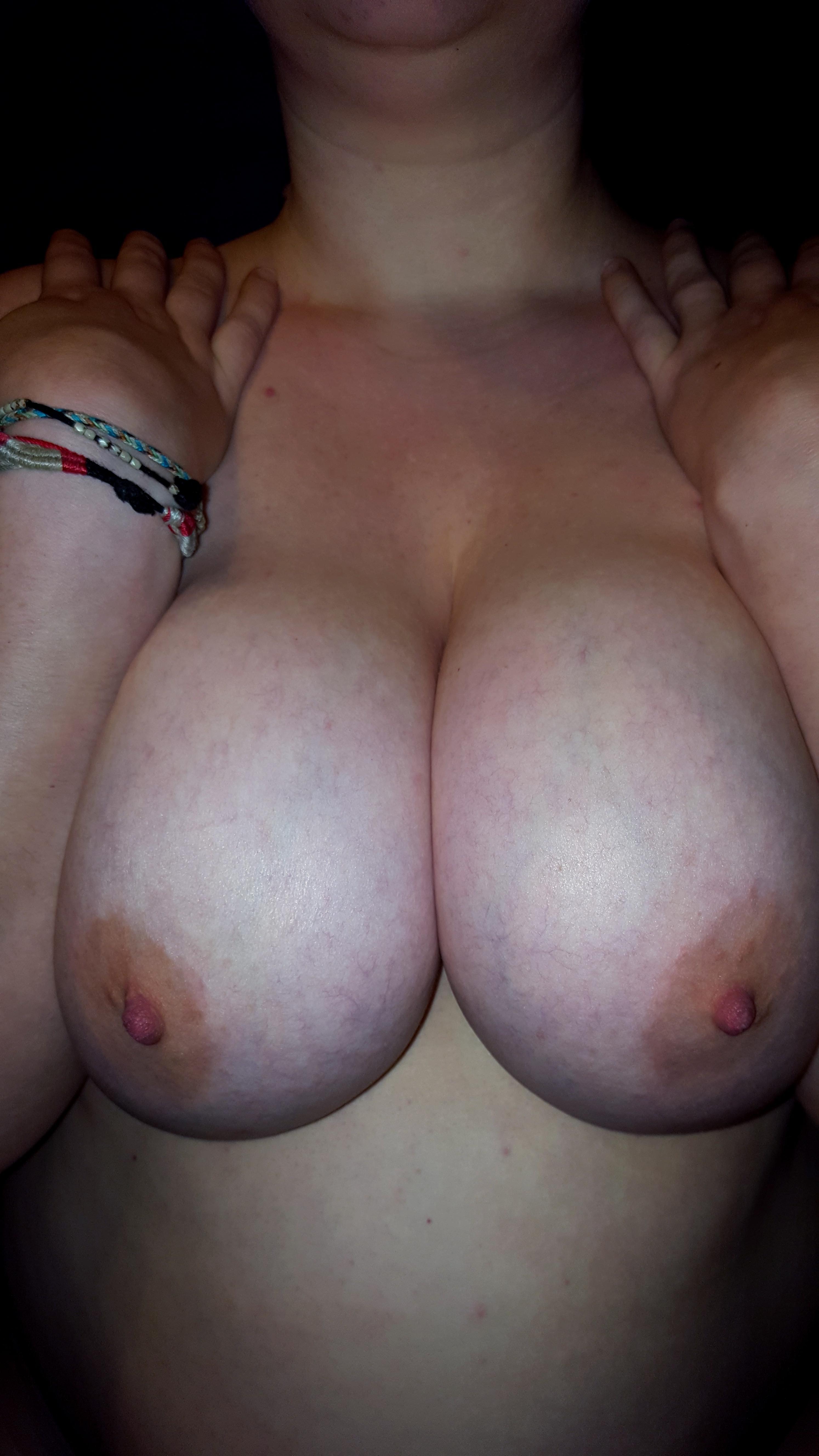 Жирдяйки обнажила сиськи и растопыривают ноги