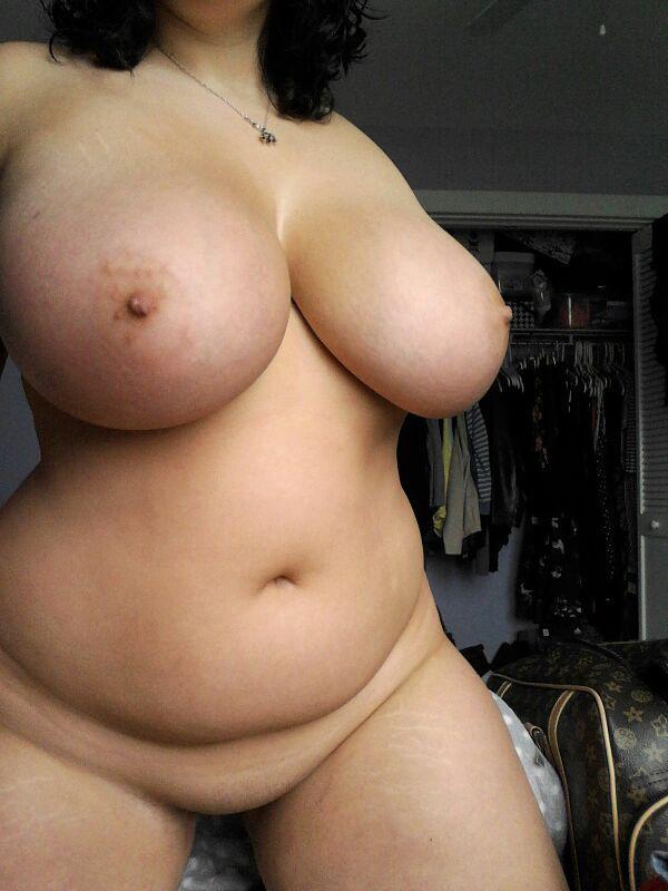 Неистовые толстухи с пышными дойками оголяются в комнате