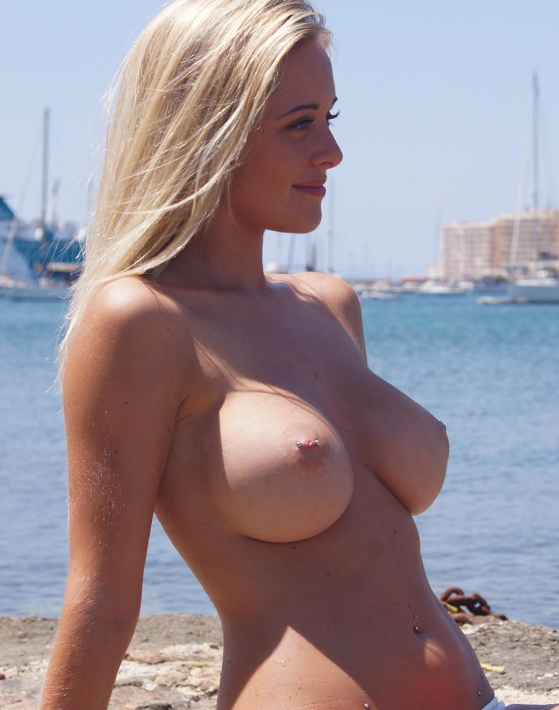 Блондинки снимаются во время эротической фотосессии