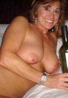 Озабоченные мамки оголяют большую грудью и светя ей перед камерой 1 фотография
